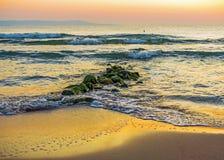 Lever de soleil puissant au rivage rocheux photographie stock libre de droits