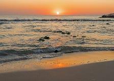 Lever de soleil puissant au rivage rocheux photos stock
