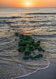Lever de soleil puissant au rivage rocheux image libre de droits