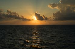 Lever de soleil rêveur bleu profond nuageux rouge d'océan image stock
