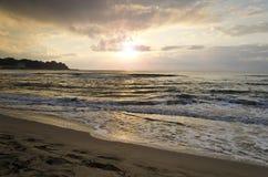 Lever de soleil rayonnant de plage de mer Images stock