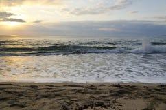 Lever de soleil rayonnant de plage de mer Photographie stock