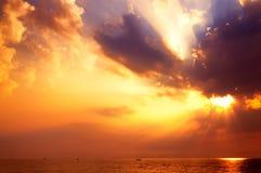 Lever de soleil renversant au-dessus de la mer images libres de droits