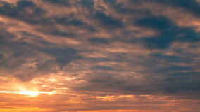 Lever de soleil renversant au-dessus de la mer banque de vidéos