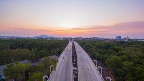 Lever de soleil renversant au-dessus de pont de Thepsrisin à Phuket Images stock