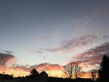 Lever de soleil renversant avec des silhouettes Images stock