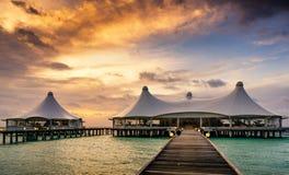 Lever de soleil de restaurant au-dessus de l'eau Photographie stock