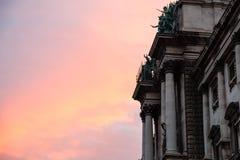 Lever de soleil rose et palais de Burg de Neue à Vienne photo libre de droits