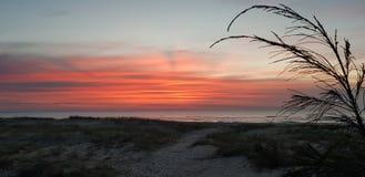 Lever de soleil rouge au-dessus de l'océan image stock