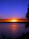Lever de soleil rouge d'incendie et un lac Photo libre de droits