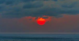 Lever de soleil, rouge de matin, mer bleue Photographie stock libre de droits