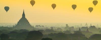 Lever de soleil scénique chez myanmar bagan image stock