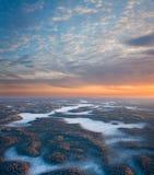 Lever de soleil sous la plaine de forêt d'hiver Photos stock