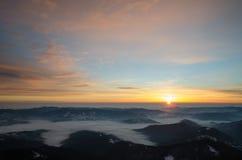 Lever de soleil spectaculaire en montagnes Cheahlau de Carpathiens Photos stock