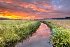 Lever de soleil spirituel d'été de concept de voyage au-dessus de rivière de plaine image libre de droits