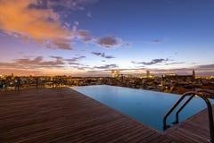 Lever de soleil supérieur de piscine de toit, Barcelone image libre de droits