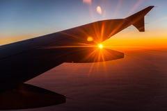 Lever de soleil sur des avions dans le ciel Image libre de droits