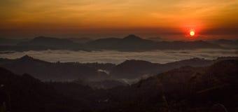 Lever de soleil sur des montagnes et des nuages Photos libres de droits