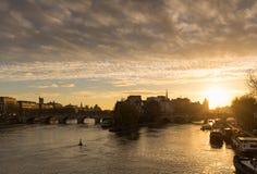Lever de soleil sur Ile de La Cite et Seine, Paris Image stock
