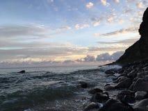 Lever de soleil sur la côte de NaPali - vue des roches près de plage de Polihale sur l'île de Kauai, Hawaï Images stock