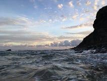 Lever de soleil sur la côte de NaPali - vue des roches près de plage de Polihale sur l'île de Kauai, Hawaï Photo libre de droits