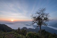 Lever de soleil sur la crête de montagne Image libre de droits