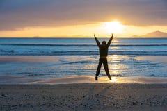 Lever de soleil sur la crique de Waipu de plage image libre de droits