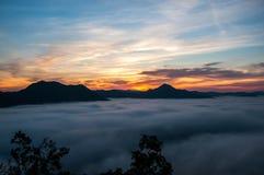 Lever de soleil sur la gamme de montagne Photo stock