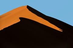 Lever de soleil sur la grande dune de papa dans Sossusvlei, Namibie Photos libres de droits