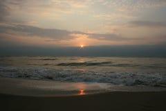 Lever de soleil sur la mer Image stock