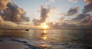 Lever de soleil sur la plage Photos stock