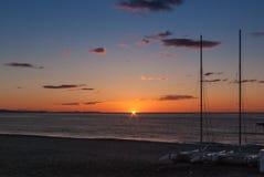 Lever de soleil sur la plage avec deux catamarans échoués sur le rivage à Mojacar Almeria Photographie stock libre de droits
