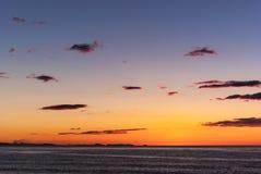 Lever de soleil sur la plage avec deux catamarans échoués sur le rivage à Mojacar Almeria Photo stock