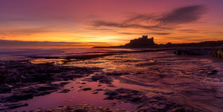 Lever de soleil sur la plage de Bamburgh images libres de droits