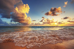 Lever de soleil sur la plage de la mer des Caraïbes Photographie stock libre de droits