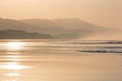 Lever de soleil sur la plage de Matapalo en Costa Rica Photographie stock libre de droits
