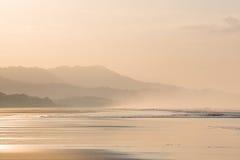 Lever de soleil sur la plage de Matapalo en Costa Rica Photos stock
