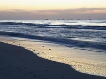 Lever de soleil sur la plage de Shuwaima Photographie stock