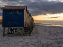 Lever de soleil sur la plage fausse de baie en Afrique du Sud Photographie stock libre de droits