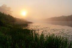 Lever de soleil sur la rivière Photographie stock