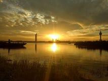 Lever de soleil sur la rivière de Chaopraya à la pagoda de Prasamutchedi photographie stock