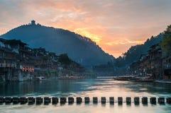 Lever de soleil sur la rivière de Tuojiang, Fenghuang, province de Hunan, Chine Images libres de droits