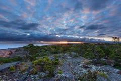 Lever de soleil sur la roche avec le beau ciel nuageux Photos libres de droits