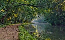 Lever de soleil sur la voie d'eau historique de canal de C&O Image stock