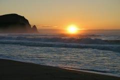 Lever de soleil sur le bord de la mer après tempête photo libre de droits