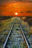 Lever de soleil sur le chemin de train. Photo libre de droits