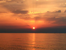 Lever de soleil sur le ciel clowdy photographie stock