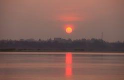 lever de soleil sur le fleuve photographie stock
