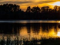 lever de soleil sur le fleuve Image stock