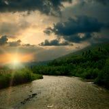 Lever de soleil sur le fleuve de montagne Photographie stock libre de droits
